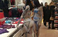 В торговом центре боди-арт модели прорекламировали фотовыставку