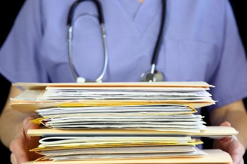 Реклама медицинских услуг без предупреждения о наличии противопоказаний и необходимости консультации со специалистами нарушает закон