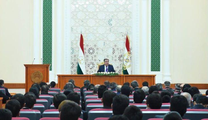 Президент Таджикистана попросил телеканалы не петь дифирамбы
