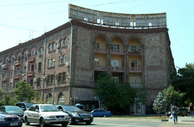 Ереванские историко-культурные здания освобождают от рекламы